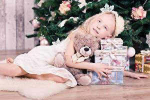 Hintergrundbilder Neujahr Feiertage Teddy Kleine Mädchen Geschenke Fichten Kinder