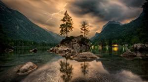 Fotos Gebirge See Steine Landschaftsfotografie Bäume Blitz