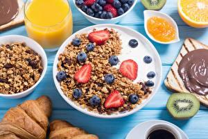 Fotos Müsli Erdbeeren Heidelbeeren Milch Frühstück