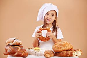 Hintergrundbilder Backware Brot Farbigen hintergrund Kleine Mädchen Mütze Starren Kinder