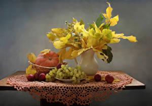 Fotos Stillleben Herbst Kürbisse Weintraube Äpfel Tisch Vase Blattwerk Lebensmittel