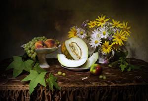 Hintergrundbilder Stillleben Sträuße Kamillen Weintraube Äpfel Melone Pfirsiche Tisch das Essen
