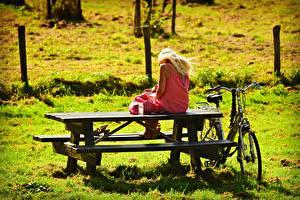 Hintergrundbilder Tisch Bank (Möbel) Blondine Sitzend Gras Fahrrad Mädchens
