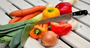 Fotos Gemüse Messer Mohrrübe Peperone Zwiebel Knoblauch Bretter