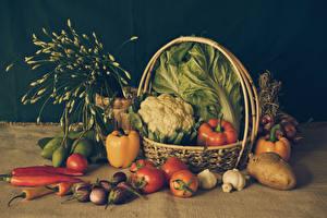 Bilder Gemüse Tomate Peperone Kartoffel Knoblauch Aubergine Weidenkorb Lebensmittel
