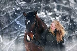 Fotos Winter Hauspferd Schnee Zwei Blond Mädchen ein Tier Mädchens