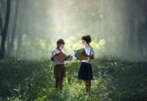 Hintergrundbilder Asiatisches Gras Jungen Kleine Mädchen Zwei Bücher kind