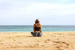Fotos Strand Sand Sitzend Der Hut Erholung Mädchens