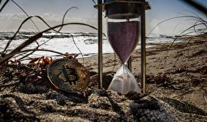 Картинки Bitcoin Деньги Песочные часы Часы Песок