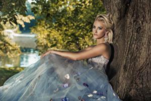 Hintergrundbilder Blondine Kleid Sitzend Starren Ohrring Mädchens
