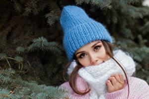 Fotos Ast Braunhaarige Mütze Schal Blick Hübsch Mädchens