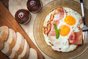 Bilder Brot Fleischwaren Schinkenspeck Teller Spiegelei Frühstück Lebensmittel