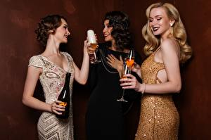 Fotos Schaumwein Drei 3 Kleid Flasche Weinglas Blondine Mädchens