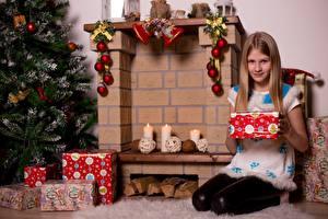 Fotos Neujahr Kerzen Cheminée Weihnachtsbaum Geschenke Schal Kleine Mädchen Sitzend Kinder