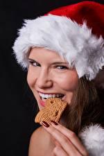 Fonds d'écran Nouvel An Doigts Cookies Chapeau d'hiver Manucure Dents Regard fixé Filles