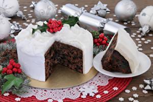 Fotos Neujahr Süßware Torte Beere Stück Kugeln Schneeflocken