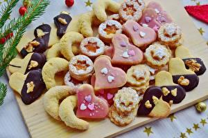 Fotos Kekse Backware Puderzucker Schneidebrett Herz