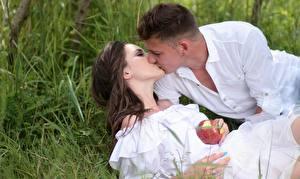 Hintergrundbilder Paare in der Liebe Mann Äpfel Gras Kuss 2 Braunhaarige Mädchens