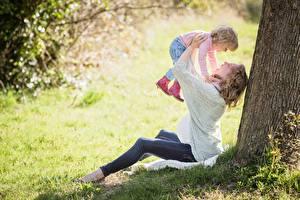 Fotos Gras Baumstamm Zwei Sitzend Blond Mädchen Kleine Mädchen Freude Kinder