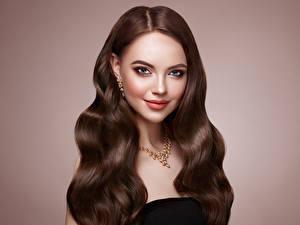 Hintergrundbilder Schmuck Halsketten Farbigen hintergrund Braune Haare Haar Gesicht Lächeln Frisur Mädchens