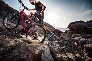 Fotos Mann Fahrräder Spritzwasser