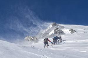 Fotos Gebirge Winter Bergsteigen Wind Schnee Bergsteiger