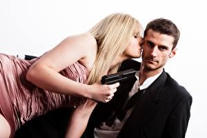Hintergrundbilder Pistolen Mann 2 Blondine Weißer hintergrund Mädchens