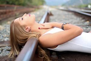 Hintergrundbilder Eisenbahn Schienen Hand junge Frauen