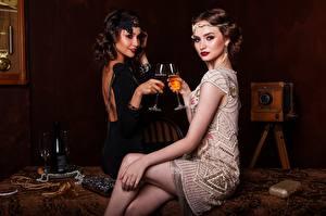 Bilder Antik Wein Zwei Weinglas Flasche Kleid Sitzend Bein Mädchens