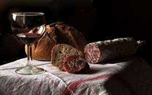 Bilder Wurst Brot Wein Weinglas Schwarzer Hintergrund Lebensmittel