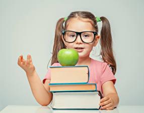 Hintergrundbilder Schule Äpfel Kleine Mädchen Bücher Brille kind