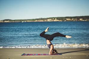 Desktop hintergrundbilder Meer Strand Joga Bein Mädchens