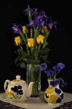 Bilder Stillleben Flötenkessel Kornblume Rosen Schwertlilien Schwarzer Hintergrund Vase Blumen