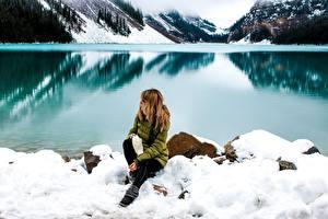 Hintergrundbilder Steine Winter See Küste Schnee Sitzend Natur Mädchens