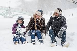 Papéis de parede Invierno Homem Neve Menino Chapéu de inverno Sentados Três 3 Crianças Meninas