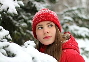 Fonds d'écran Hiver Neige Aux cheveux bruns Chapeau d'hiver Regard fixé Filles