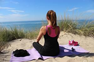 Fonds d'écran Yoga Sable Aux cheveux bruns S'asseyant Lunettes Herbe Filles