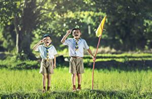 Hintergrundbilder Asiatische 2 Gras Junge Shorts Flagge Kinder