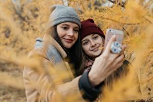 Fotos Herbst Finger Zwei Selfie Mütze Lächeln Hand Smartphones Mädchens