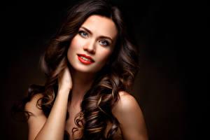 Fotos Schwarzer Hintergrund Braunhaarige Haar Starren Rote Lippen Mädchens
