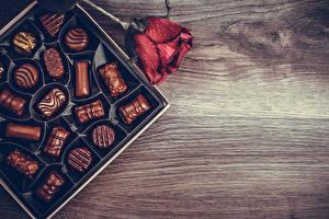 Bilder Bonbon Schokolade Rosen Bordeauxrot Lebensmittel