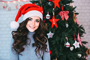 Hintergrundbilder Neujahr Braunhaarige Mütze Lächeln Haar Sweatshirt Mädchens