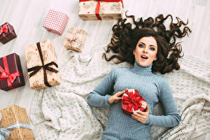 Bilder Neujahr Brünette Sweatshirt Geschenke Starren Mädchens