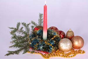 Bilder Neujahr Kerzen Farbigen hintergrund Ast Kugeln