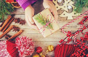 Bilder Neujahr Zimt Sternanis Süßware Beere Bretter Hand Geschenke