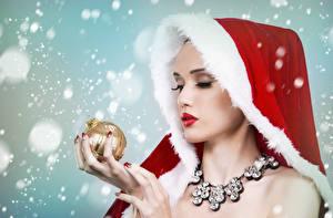 Fotos Neujahr Schmuck Finger Halsketten Mütze Kugeln Schnee junge frau