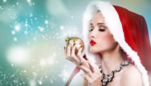 Bilder Neujahr Schmuck Finger Halskette Mütze Schnee Kugeln junge frau