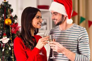 Hintergrundbilder Neujahr Mann Wein Zwei Braunhaarige Lächeln Weinglas Mütze Mädchens