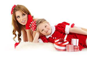 Fonds d'écran Nouvel An Mère Fond blanc 2 Aux cheveux bruns Petites filles Les robes Cadeaux Regard fixé Enfants Filles