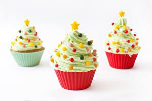 Bilder Neujahr Süßigkeiten Cupcake Weißer hintergrund Design Drei 3 Weihnachtsbaum Lebensmittel